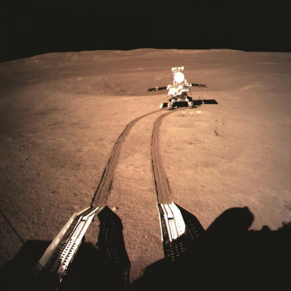 셀카 타임! 위투 2호 로버가 달 표면에 발자국을 남겼다.